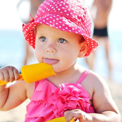 b18f7d33830 Vous vous apprêtez à passer le premier été avec bébé et la plage vous  effraie. La plage avec un enfant demande en effet d'avoir quelques  accessoires bien ...