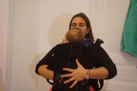 Le petit « clic » rassurant permet de ne pas trop stresser. Ensuite, on sécurise le haut du porte-bébé avec deux fermetures.