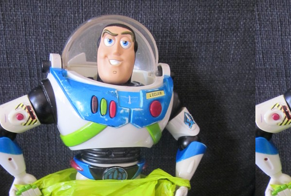 Buzz joue…