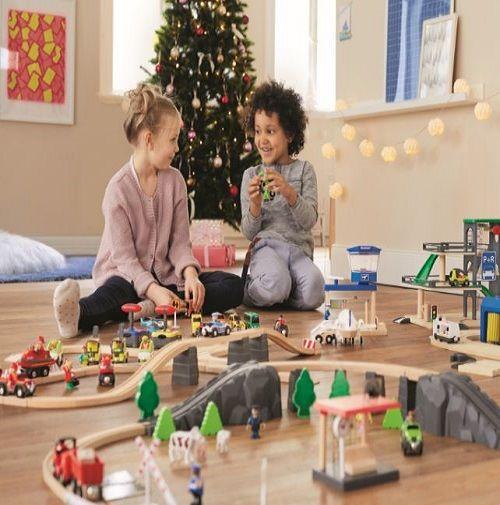 Une jolie sélection de jeux en bois pour Noël.